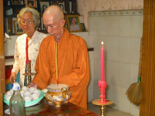 Cúng ngọ ở chùa Sùng Hưng