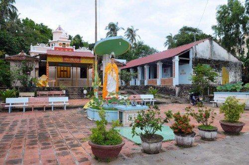 Khuôn viên chùa Sùng Hưng