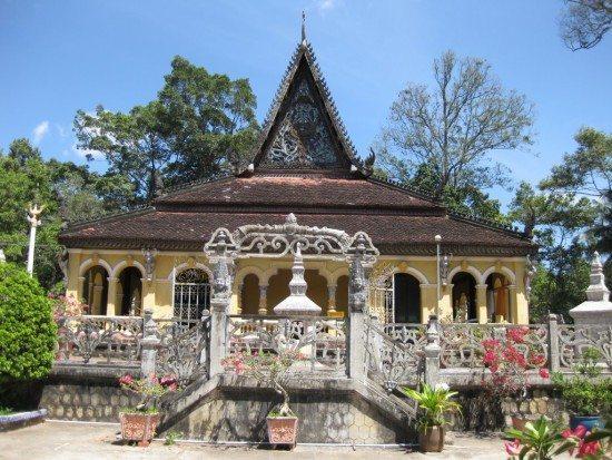 Chánh điện chùa Âng