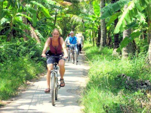 Du khách đạp xe ở cù lao An Bình