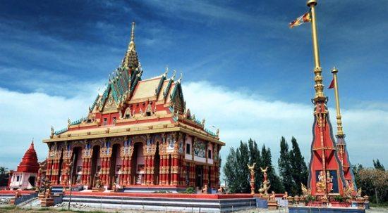 Hàng cột phướn trước chánh điện chùa