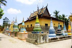 Chánh điện và tháp mộ ở chùa Xà Tón