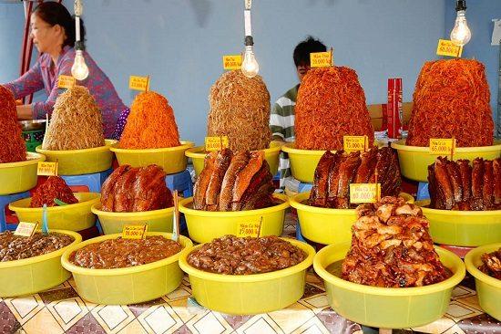Bán mắm ở chợ Châu Đốc