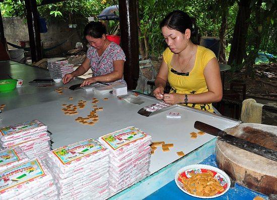 Một xưởng làm kẹo dừa ở Bến Tre