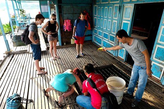 Du khách tham quan trên nhà nổi ở làng bè châu đốc