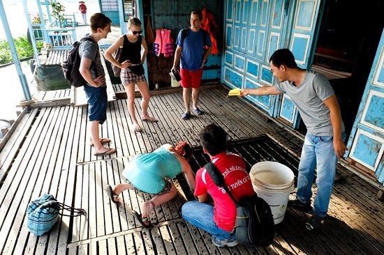 Du khách tham quan trên làng cá bè
