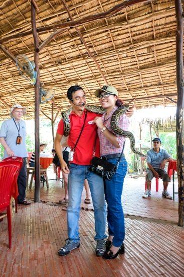 Du khách tham quan cơ sở làm kẹo dừa ở Bến Tre
