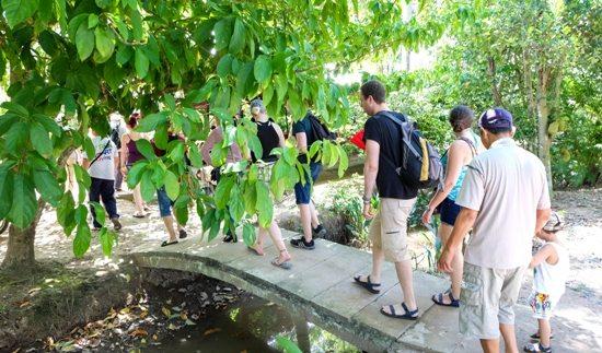 Du khách tham quan cù lao Tân Phong