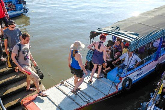 Du khách lên thuyền đi chợ nổi Cái Răng