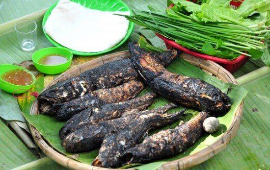 Cá lóc nướng trui, món ăn hấp dẫn trong tour du lịch Đồng Tháp mùa nước nổi