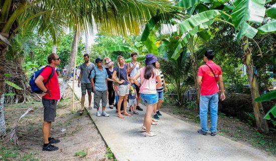 Du khách tham quan khu du lịch An Khánh