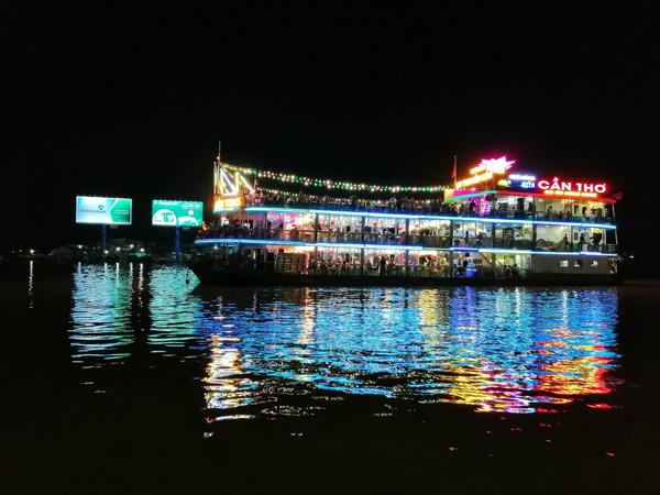 Đi du thuyền trên sông