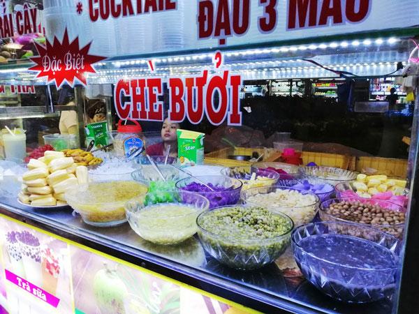 Những hàng xe đồ ăn vặt phía trước chợ đêm Tây đô