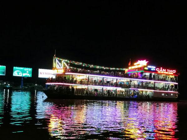 Du thuyền trên bến Ninh Kiều (Cần Thơ)