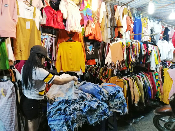 Một gian hàng quần áo ở chợ đêm Cần Thơ