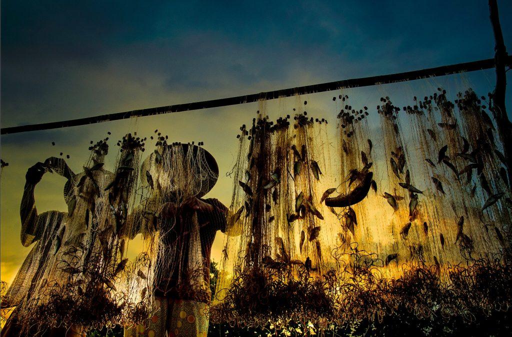 Giăng lưới bắt cá ở mùa nước nổi miền Tây