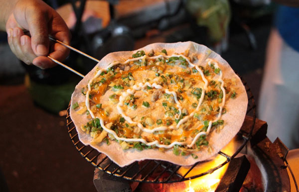 Món bánh tráng trướng mỡ hành ở chợ đêm Cần Thơ