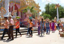 Mang lễ vào chùa trong Dolta của người Khmer