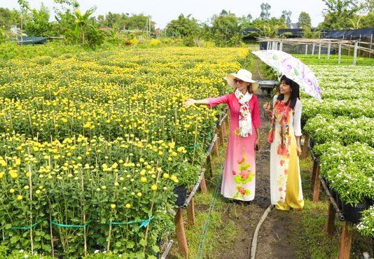 Du khách tham gia tour du lịch Đồng Tháp 2 ngày và chụp hình tại Làng hoa Sa Đéc