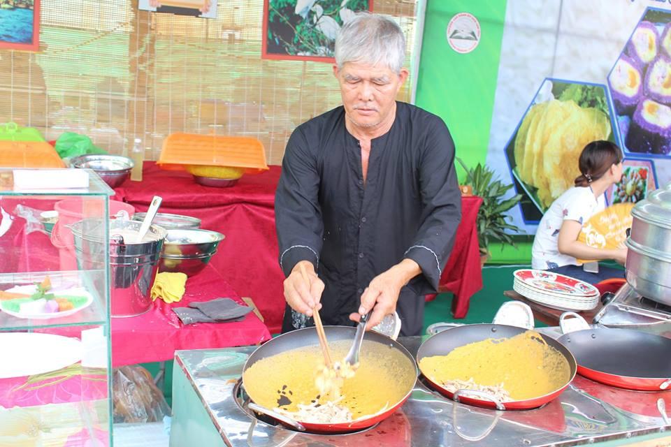 Nghệ nhân đang đổ bánh xèo trong Lễ hội bánh dân gian Nam Bộ