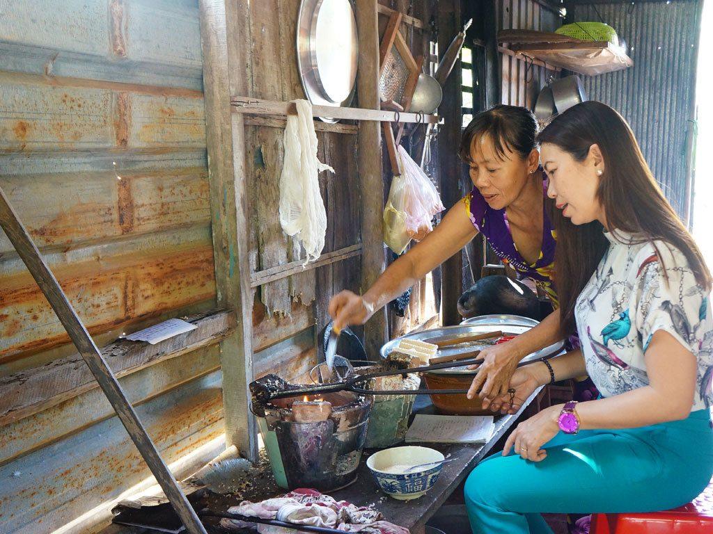 Du khách trải nghiệm làm bánh dân gian ở Cồn Sơn