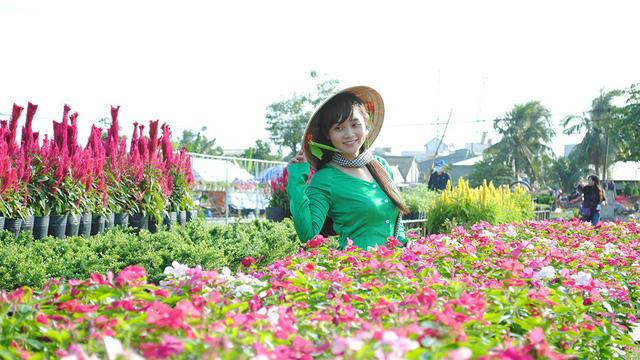 Du khách thỏa thích chụp hình tại Làng hoa Sa Đéc
