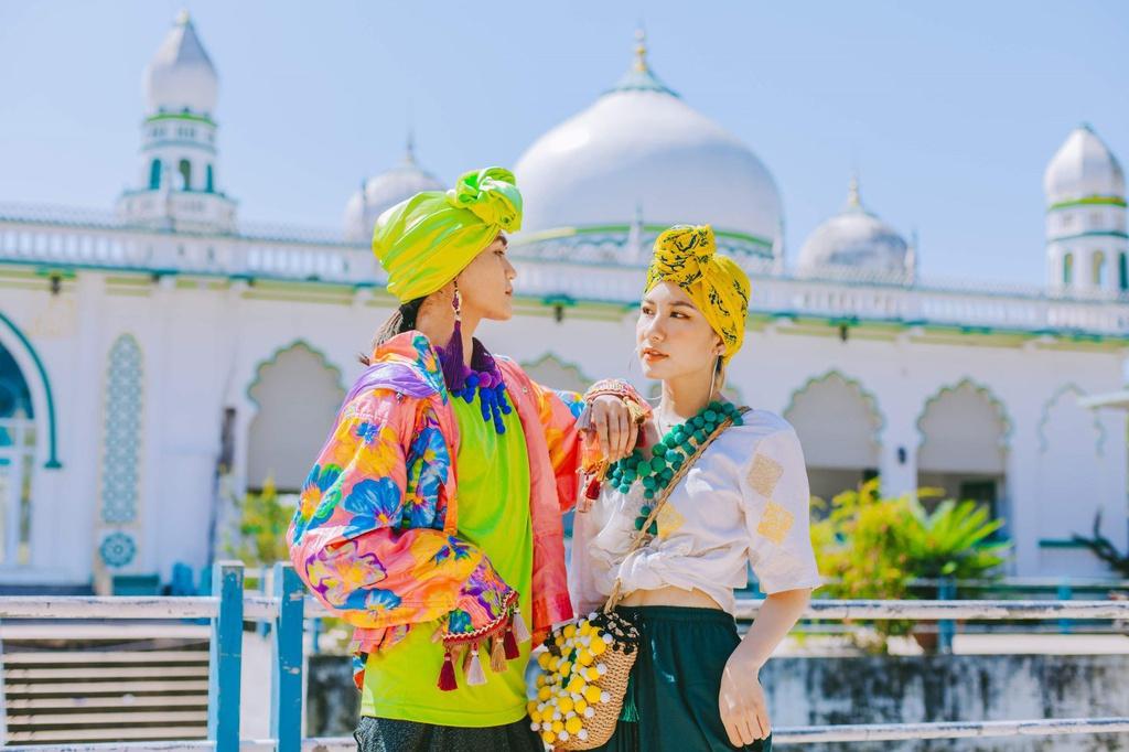 Chụp hình checkin ở thánh đường Hồi giáo Masjid Jamiul Azhar An Giang
