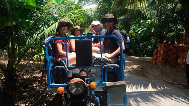Đi xe lôi trong tour du lịch Bến Tre 1 ngày