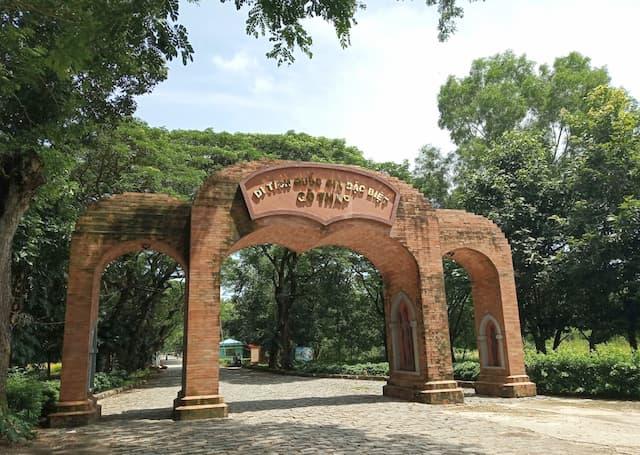 Cổng chào khu di tích Gò Tháp