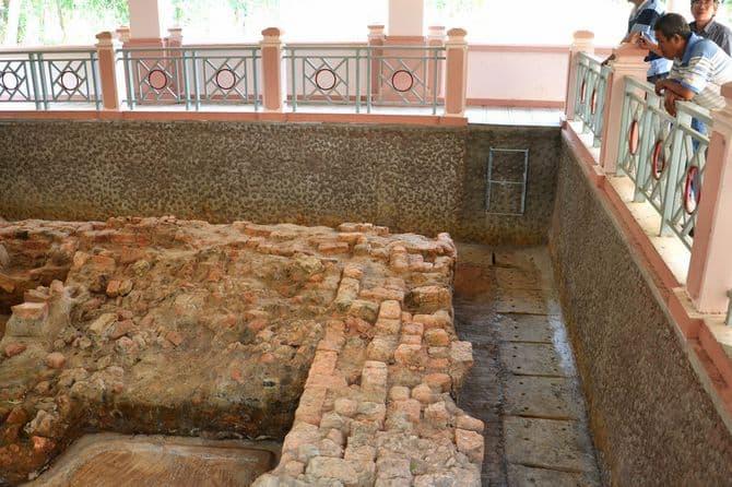 Một khu vực bên trong khu di tích Gò Tháp