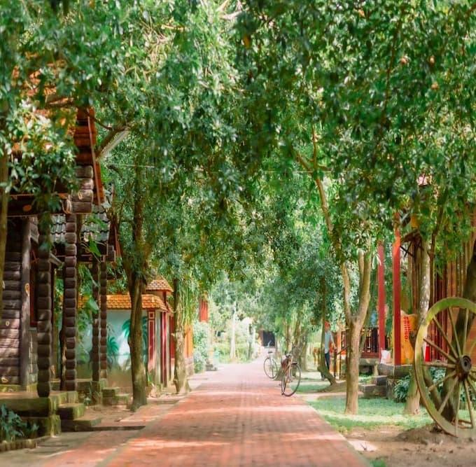 Không gian xanh mát bên trong làng du lịch Mỹ Khánh