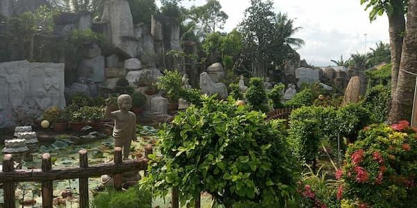 Hòn non bộ và các bức tượng