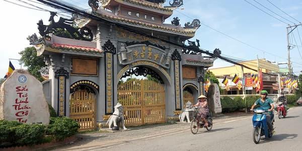 Cổng chùa sắc tứ linh thứu