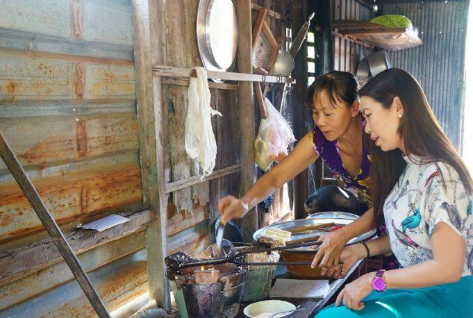 Du-khách-trải-nghiệm-làm-bánh-dân-gian-ở-Cồn-Sơn